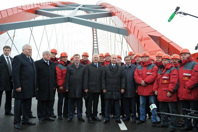 В ходе рабочей поездки в Новосибирск Владимир Путин принял участие в открытии нового мостового перехода через Обь – Бугринского моста. Глава государства общался со строителями, поблагодарил специалистов, принимавших участие в реализации этого проекта.